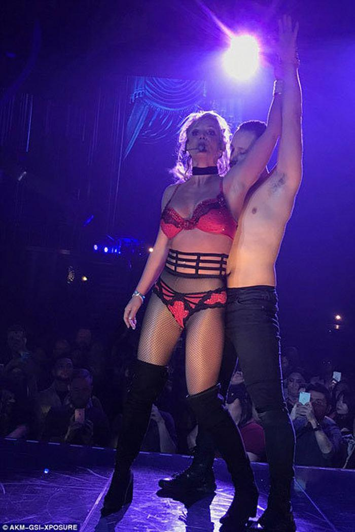 Britney spears agrees to strip